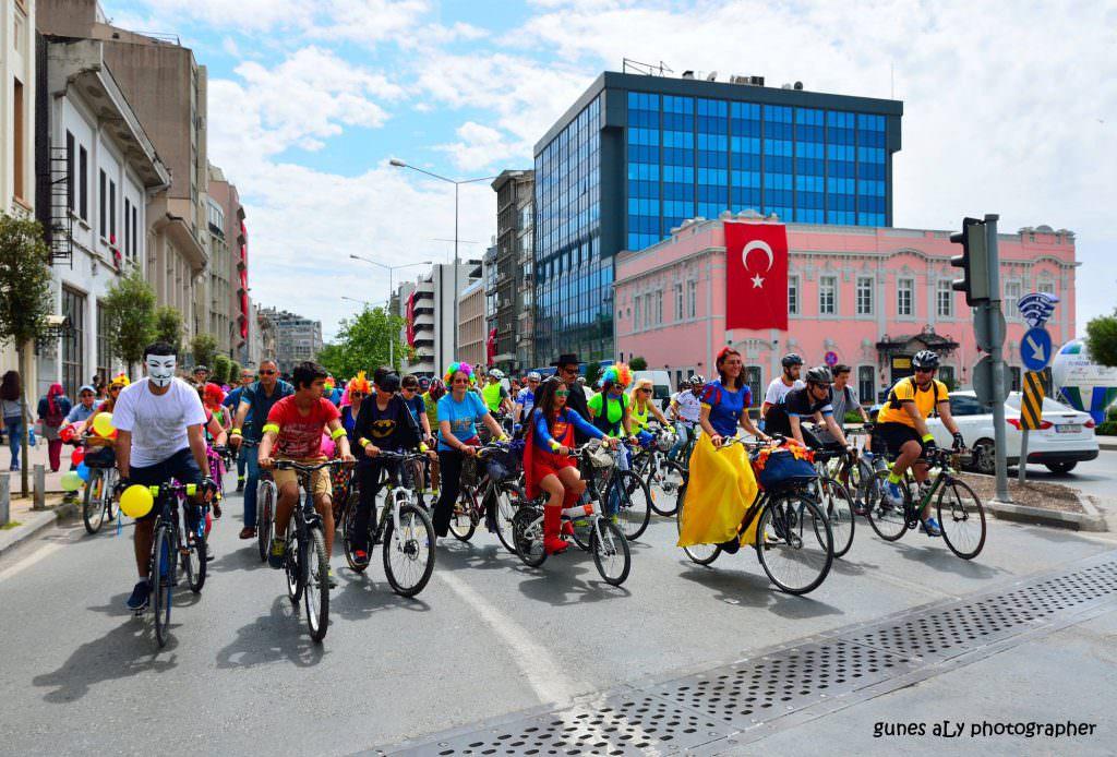 bisiklet etkinligi izmir bike party kostumlu bisiklet surusu