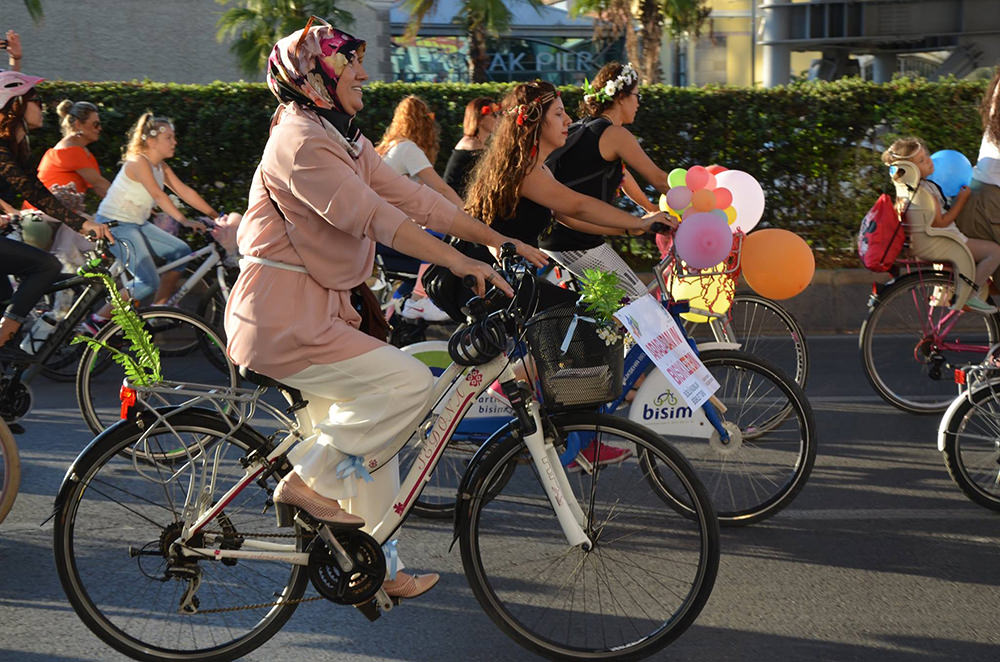 bisikletli-kadin-izmir_s