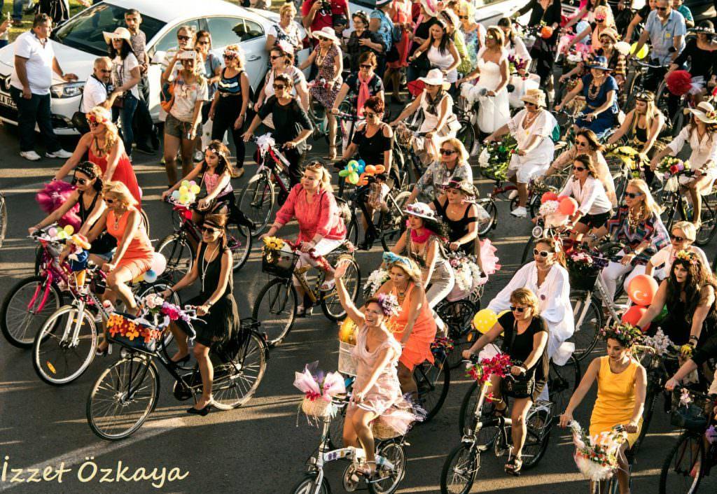 suslu kadinlar bisiklet