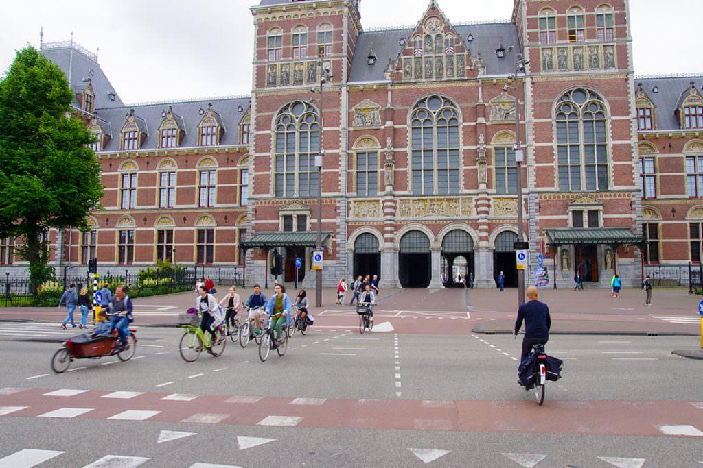 Amsterdam Rijksmuseum   Yaya ve bisikletliler için binaın altında geçit bulunuyor